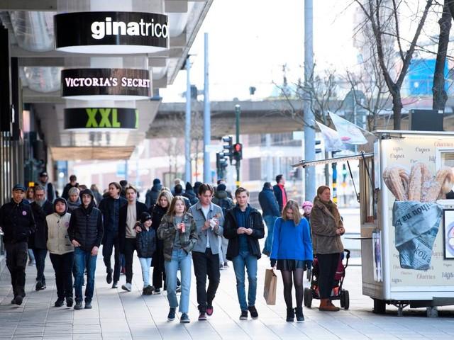 """Coronavirus, fallita la strategia del """"tutto aperto"""" in Svezia: rapido aumento dei contagi"""