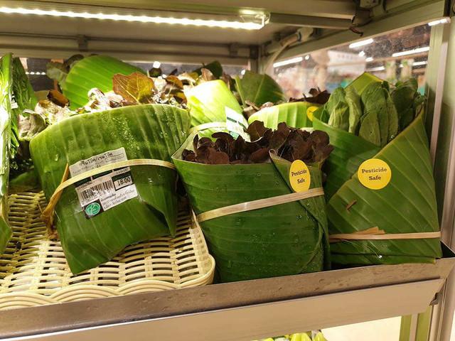 Thailandia, foglie di banano per avvolgere i cibi. Così il supermercato taglia via la plastica