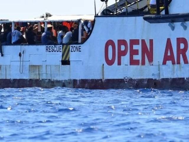 Open Arms, l'Italia accompagnerà i migranti in Spagna. Si pensa alle navi militari