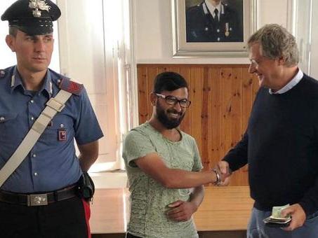 Trova portafogli con 2.000 euro a Roma: bengalese lo restituisce al proprietario e rifiuta la ricompensa