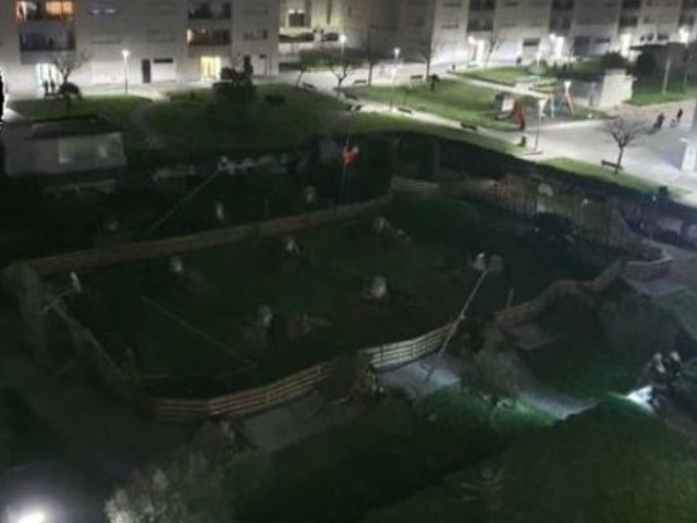 Spagna, parco giochi crolla in parcheggio sottostante/ Video choc, si cercano persone