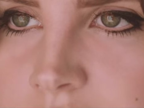 Video, testo e traduzione di White Mustang di Lana del Rey con una doppia anima tra passato e futuro