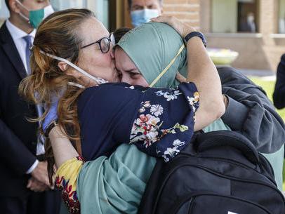 Silvia Romano è in Italia: in veste islamica, sorridente «Ora voglio stare con la famiglia»