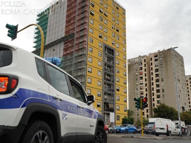 Tor Bella Monaca, sgombero nella Torre 50: liberati 5 appartamenti, 8 persone denunciate (FOTO E VIDEO)