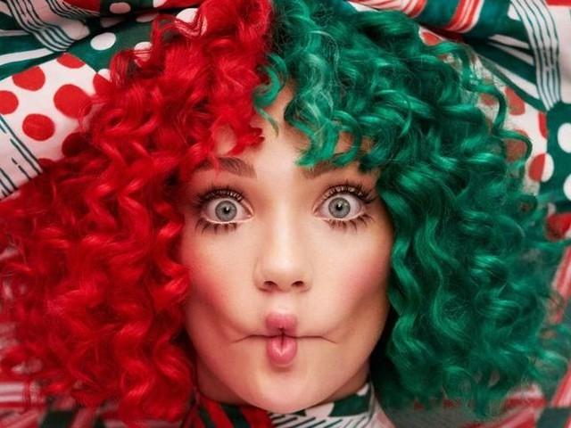 """Sia: guarda il video di """"Santa's coming for us"""", c'è anche Fonzie!"""