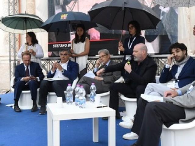Quelle donne reggi ombrelli ci allontanano dall'Europa