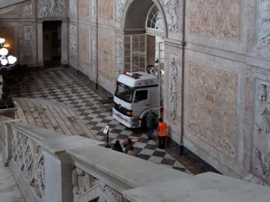 """Napoli, """"camion sui marmi del palazzo reale"""""""