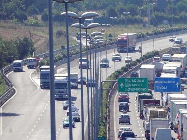 Multa record da 27mila euro a camionista a Pordenone: alla guida per 20 ore di fila