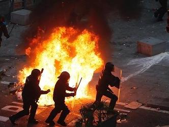 Scontri, barricate e incendi a Barcellona. Oltre mezzo milione in piazza