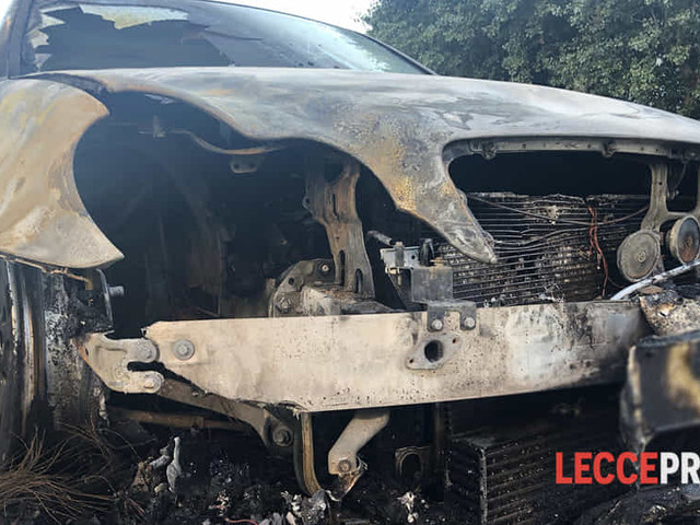 Auto finisce in fiamme nel cuore della notte, paura per i residenti