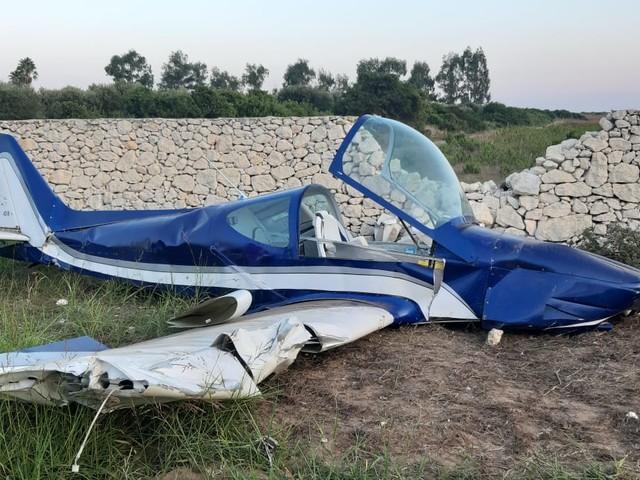 Tragedia sfiorata nel Leccese, aereo precipita contro un muretto a secco