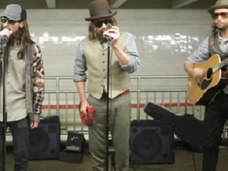 I Maroon 5 suonano travestiti in metropolitana a New York con Jimmy Fallon: video di Crazy Little Thing Called Love e Sugar