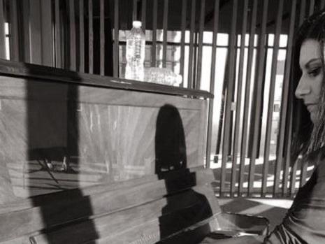 Un indizio sul nuovo singolo di Laura Pausini? Un concerto acustico tra i sogni dei fan