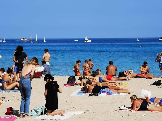 Sabato 19 ottobre spiaggia piena a Mondello, mare caraibico (FOTO)