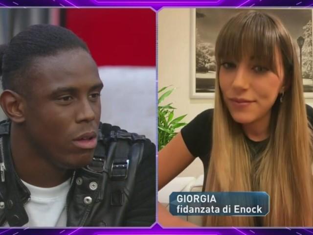 La reazione di Giorgia, fidanzata di Enock al GF Vip sulle insinuazioni di Selvaggia Roma e i baci scambiati con il concorrente | Video Mediaset