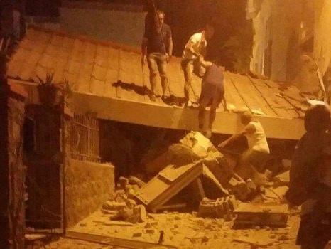 Terremoto a Ischia, paura tra i turisti Donna morta, si scava fra le macerie