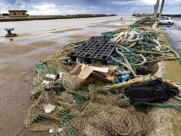 Maltempo, a Fiumicino ondata di rifiuti. Al lavoro i pescatori