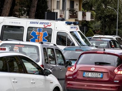 Malore in auto nel traffico, muore 11enne a Roma