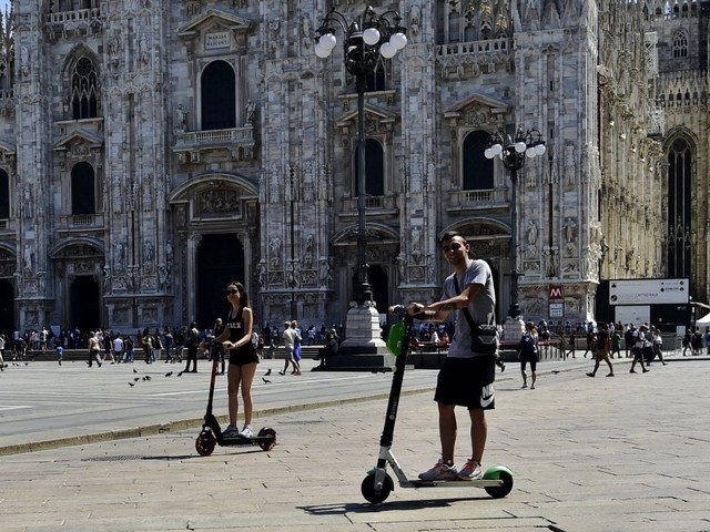 Monopattini elettrici, a Milano parte la sperimentazione con la multa: circolazione solo in aree pedonali, piste ciclabili e Zone 30