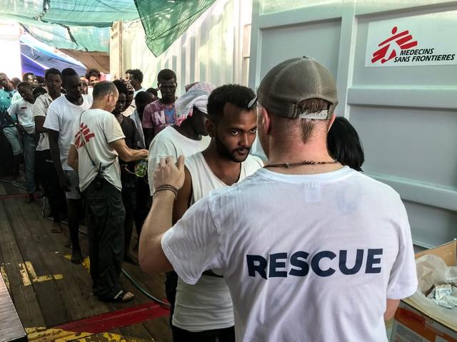 Migranti, così il governo lavora alla resa: via libera agli sbarchi delle Ong