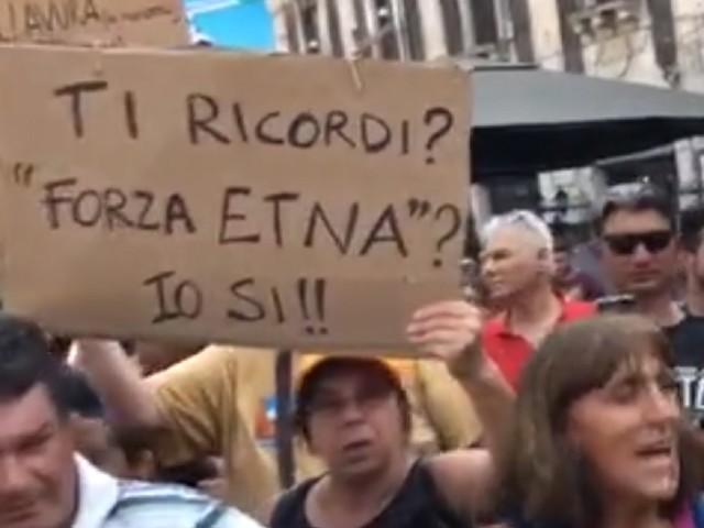 """Salvini a Catania trova i contestatori: gli urlano """"Buffone buffone"""", """"Vergogna"""" """"Traditore"""""""