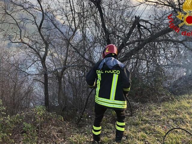 Incendi di sterpaglie lungo la Strada Regina e a Mogliano: Vigili del Fuoco in azione