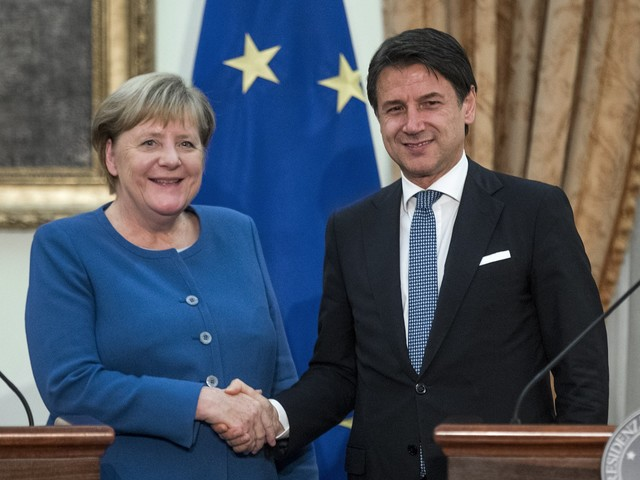 La Merkel bluffa sui migranti, ma Conte continua ad applaudire