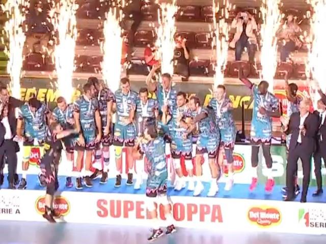 La Sir piega la Lube al tie break: Supercoppa a Perugia