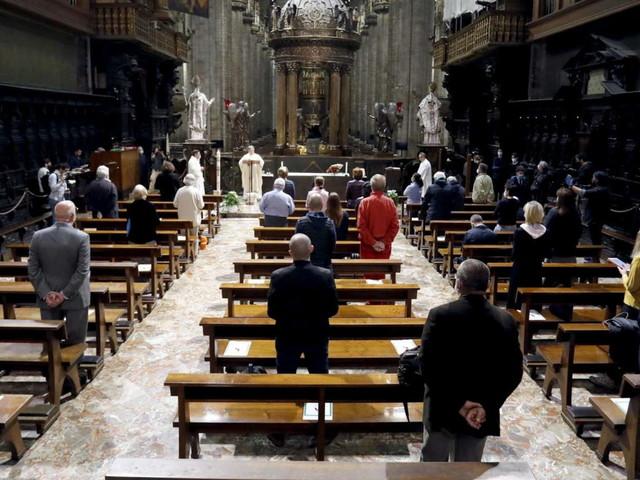 """Covid, Cei: dal 14 febbraio torna nella messa il """"rito della pace"""", ma con lo sguardo e l'inchino del capo"""