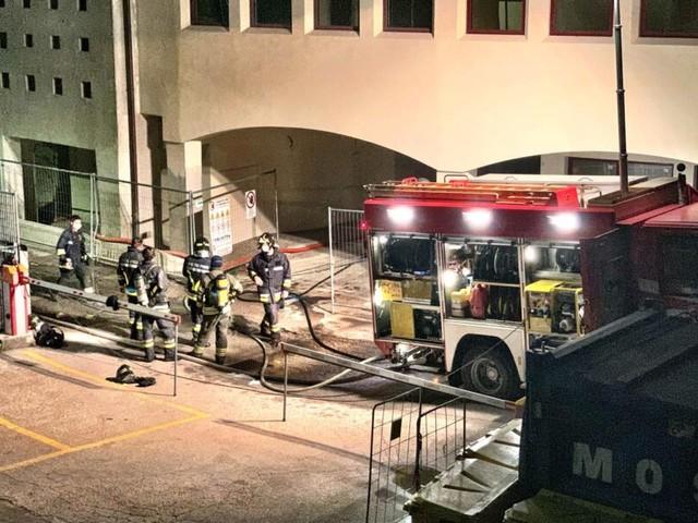 Incendio nella notte all'ex Bimac di Rovereto