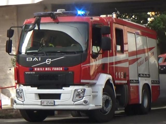 Brindisi, parcheggia l'auto e va a fare il bagno: il mezzo prende improvvisamente fuoco