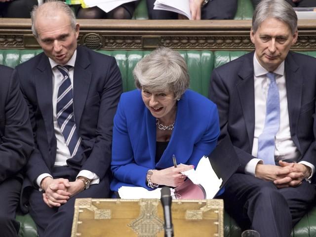 Brexit, May salva per 19 voti E rilancia la trattativa Ue