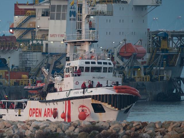 Migranti, c'è l'accordo: la Spagna apre i porti. Ma la Open Arms vuole solo l'Italia