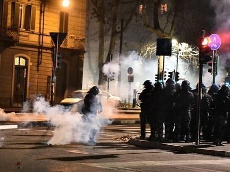 Torino, scontri dopo lo sgombero del centro sociale: arresti nei gruppi anarchici
