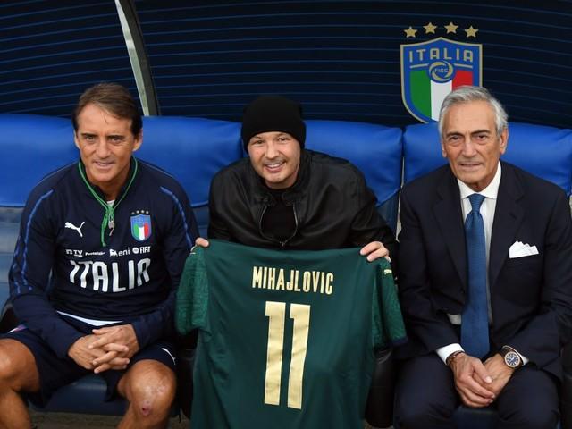 Nazionale, Mancini abbraccia Mihajlovic: al tecnico serbo in regalo una maglia dell'Italia