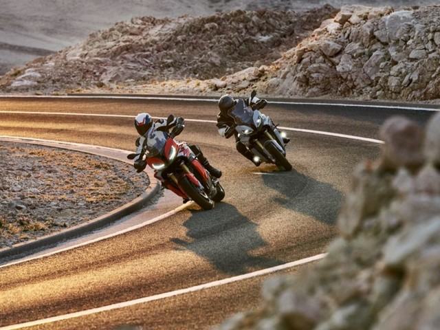 BMW S 1000 XR 2020: il propulsore a quattro cilindri descritto da Eugene Laverty e Tom Sykes [VIDEO]