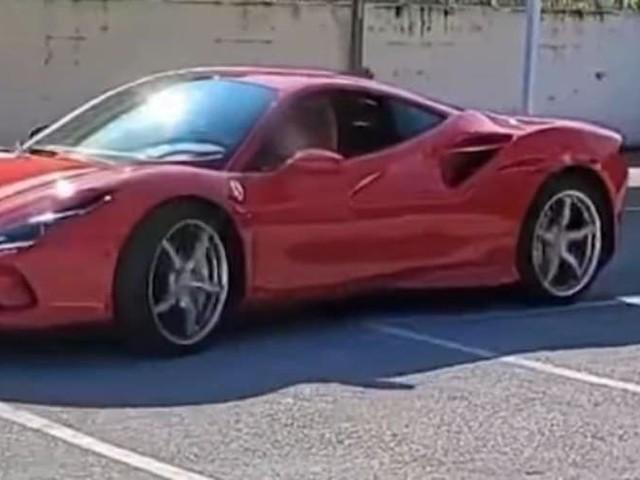 Campania, alla guida di una Ferrari a 11 anni. Il video è virale ma scoppia la polemica