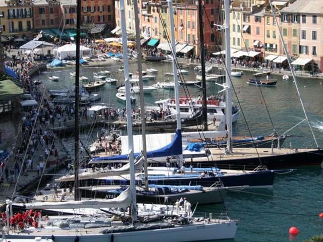 La tradizione di Portofino, scendono in acqua i maxi yacht