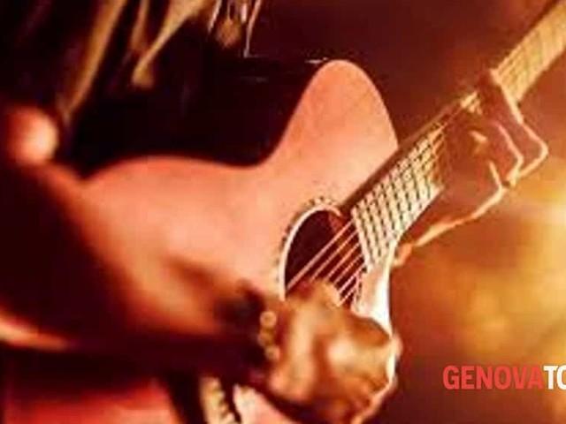Buon compleanno Esteve: 20 anni con la chitarra di Faber in via del Campo