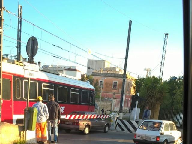 Martina Franca: passaggio a livello Auto incastrata fra il treno e la sbarra