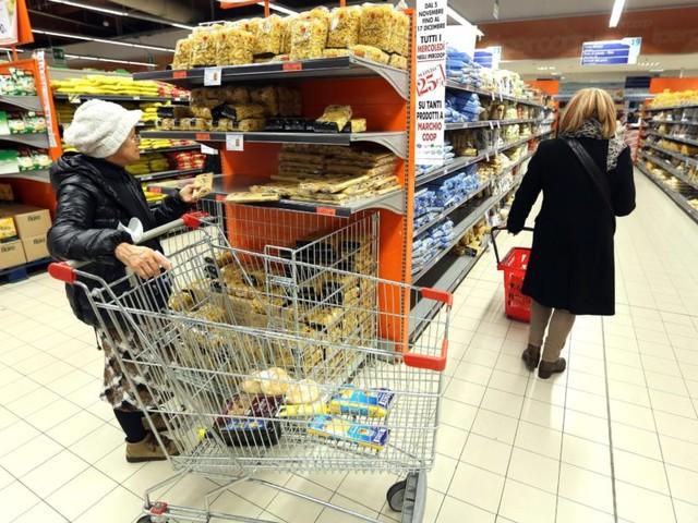 Supermercati, corsa all'ultimo carrello