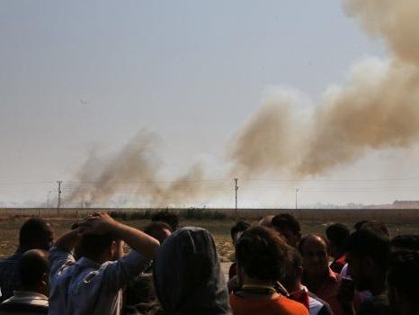 Siria, prosegue l'avanzata turca contro i curdi: in fuga anche famiglie dell'Isis