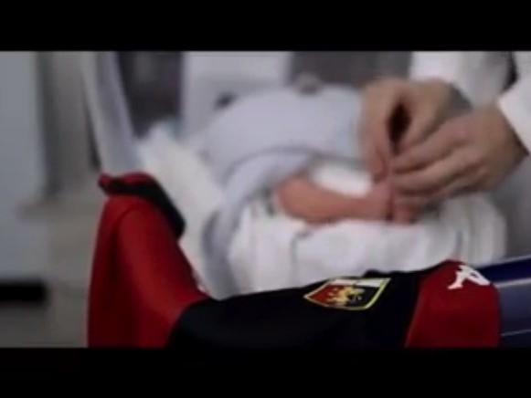"""""""Con te. Dal primo giorno"""": una maglia del Genoa per ogni neonato dell'ospedale Gaslini"""