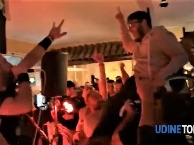 In sedia a rotelle al concerto metal friulano, il pubblico lo solleva in aria