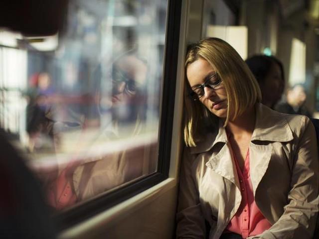 Perché siamo sempre stanchi (anche se dormiamo)? Ecco 15 spiegazioni