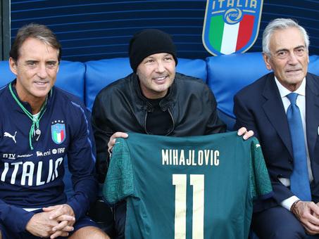 Nazionale, Mancini chiama Mihajlovic e gli consegna la maglia dell'Italia