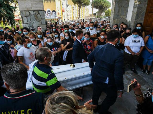"""""""Distruggi questo odio"""". Addio Maria Paola: lacrime e rabbia ai funerali della ragazza"""