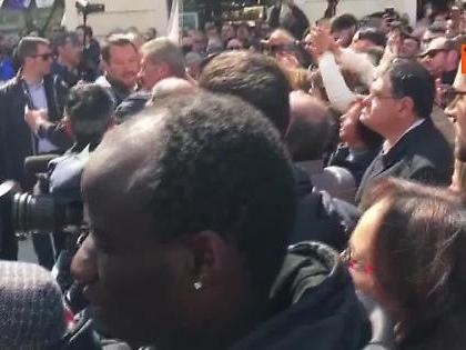 """Matteo Salvini, l'immigrato gli chiede un selfie poi si danno il """"cinque"""""""
