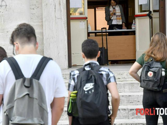 """""""Per un rientro a scuola in sicurezza"""": sit-in davanti alla Prefettura di genitori e studenti"""