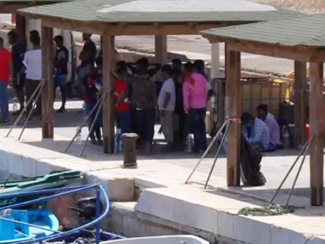 Emergenza a Lampedusa, 15 sbarchi e 433 arrivi in poche ore